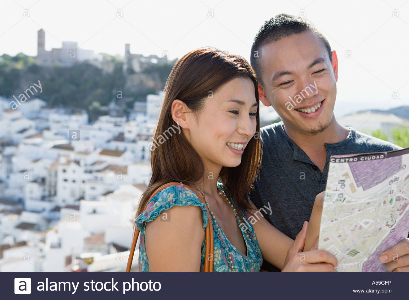 Pareja mirando un mapa Imagen De Stock