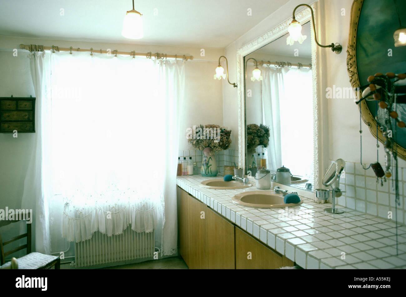 Cuarto de baño con cortinas transparentes y wall-Luces con ...