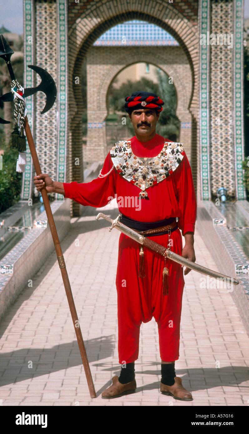 Guardia en la vestimenta tradicional en el exterior del Museo, Tozeur, Túnez, África del Norte Imagen De Stock