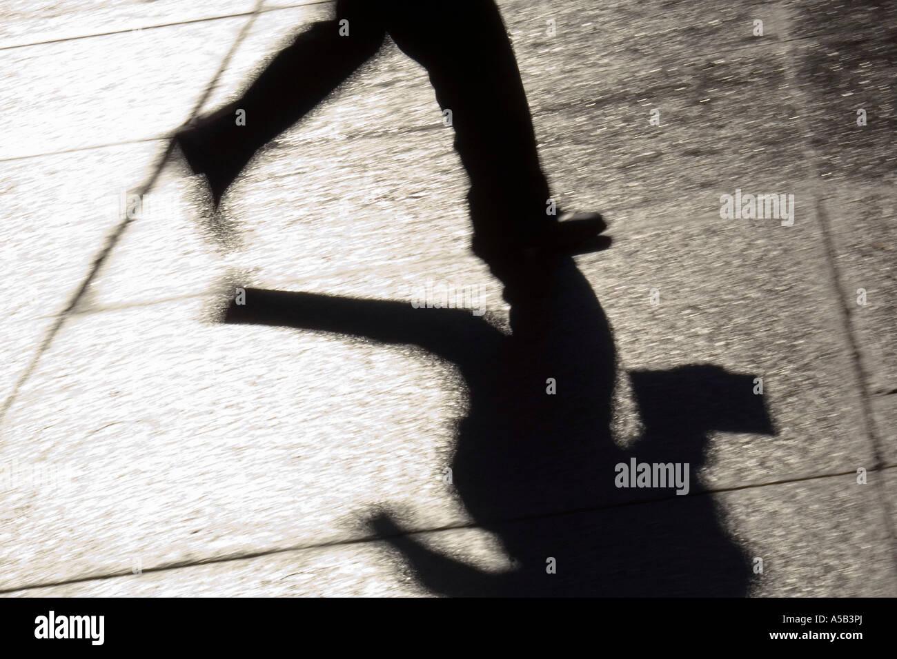 Sobre el movimiento, la silueta del empresario corriendo al centro de la ciudad. Imagen De Stock
