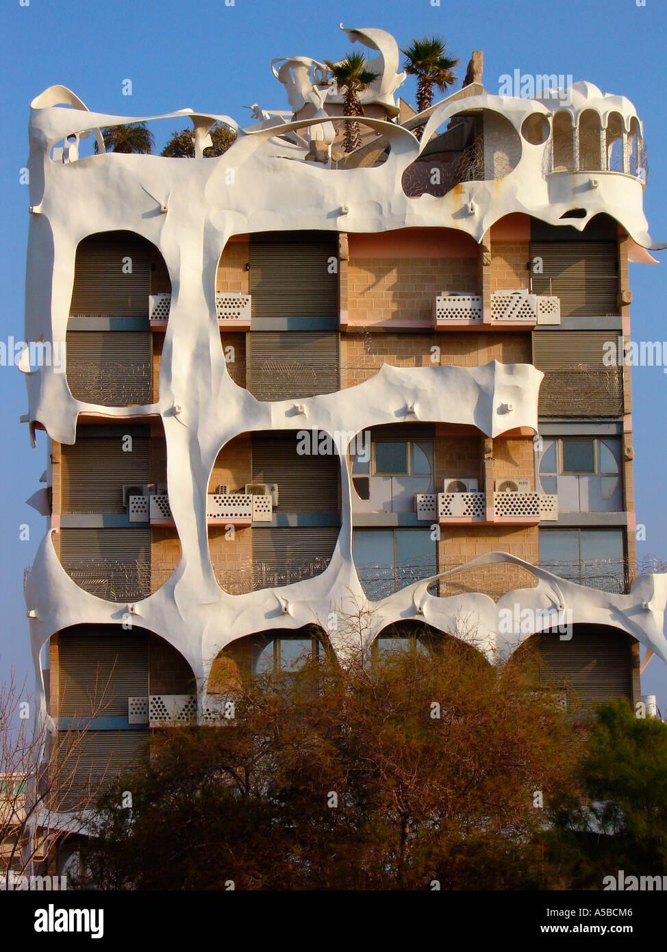 Delante del edificio de apartamentos postmodernistas llamado El loco Casa diseñada por el arquitecto Leon Gnignebt sobre 181 Hayarkon street en Tel Aviv. Israel Imagen De Stock