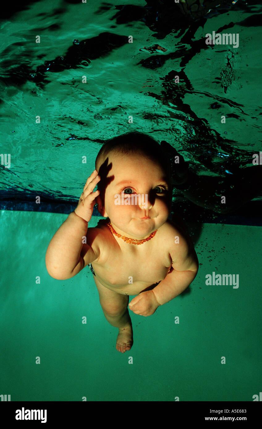Bebé de buceo en la piscina y divertirse bajo el agua Imagen De Stock