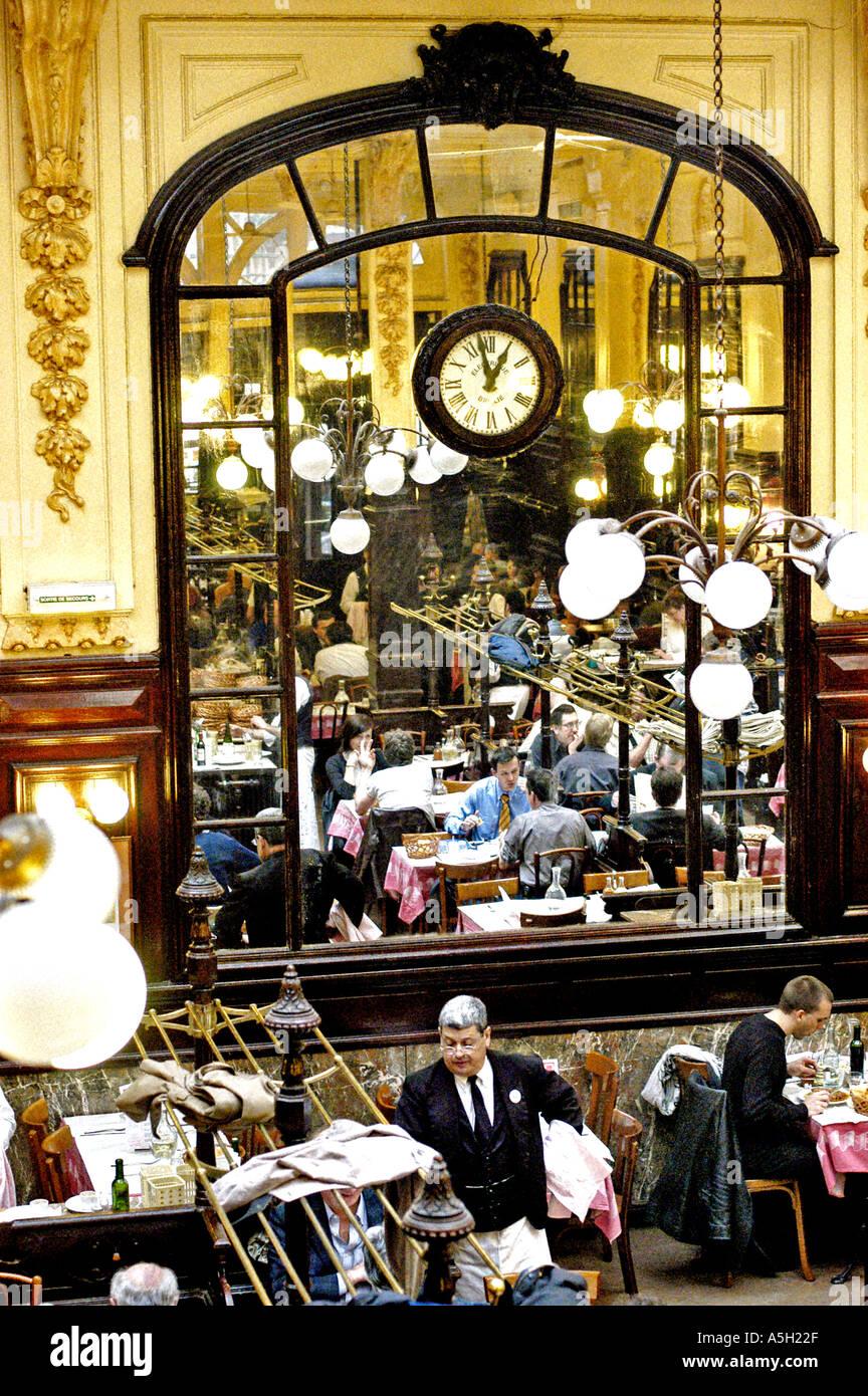"""París, Francia, Interior """"Chartier' brasserie francesa tradicional restaurante, comedor, vista general, desde arriba, la reflexión en espejo Imagen De Stock"""