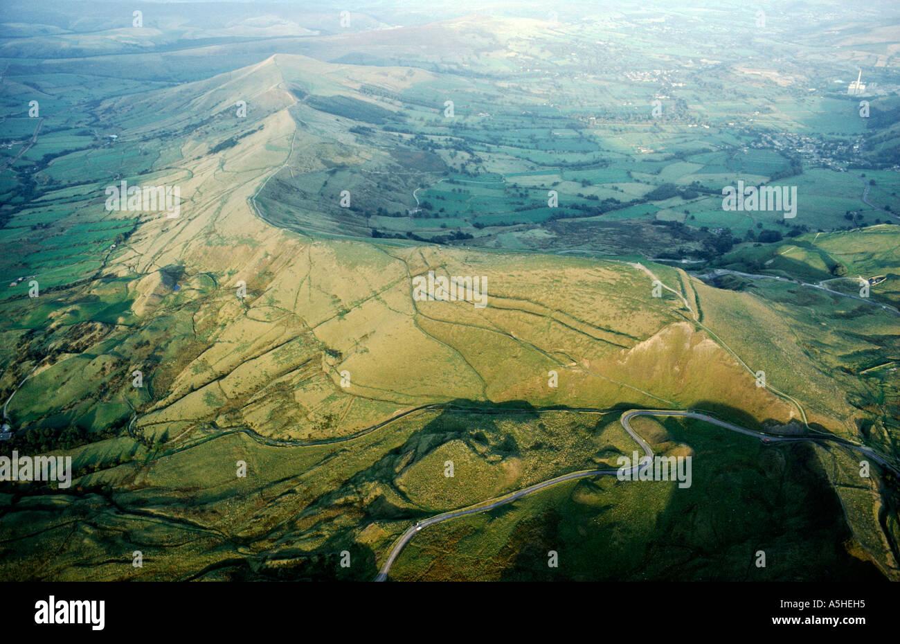 Mam Tor prehistórico de los castros de la Edad del Hierro en la cresta caliza sobre pueblo de Castleton en Derbyshire Foto de stock