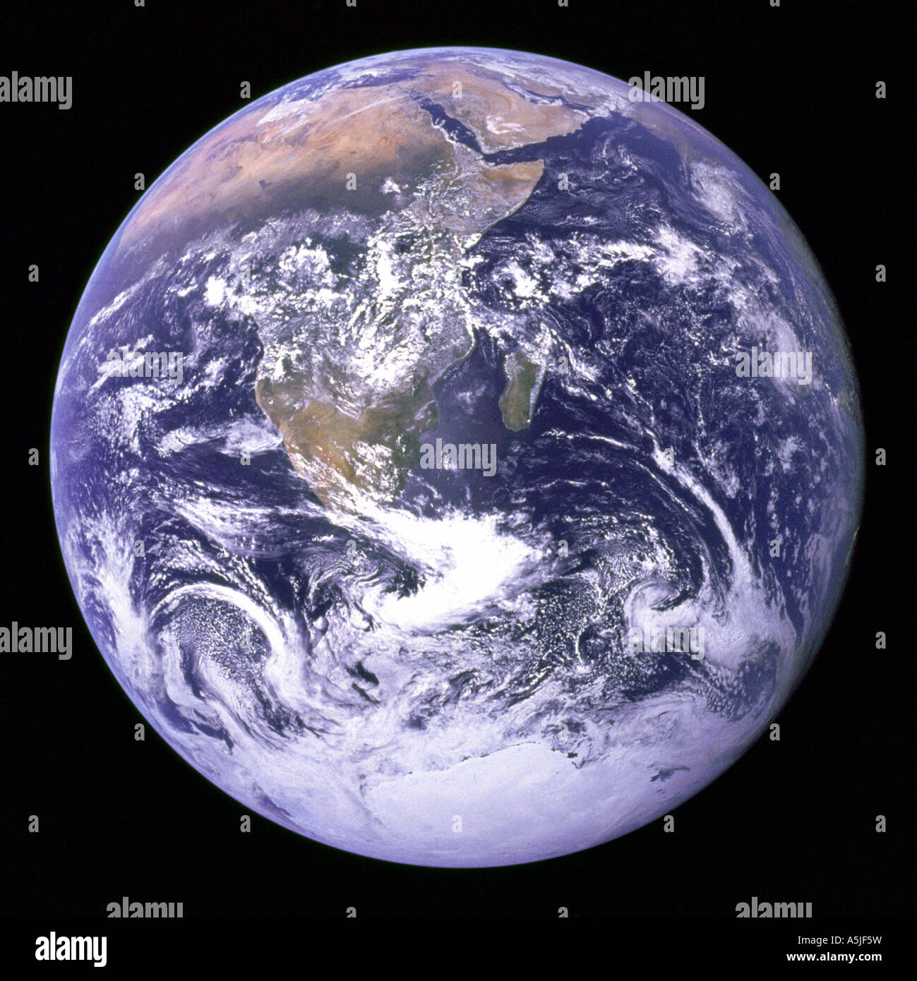 Vista de la tierra, como se ha visto por la tripulación del Apolo 17 viajando hacia la Luna. Fecha: 12/07/1972 Imagen De Stock