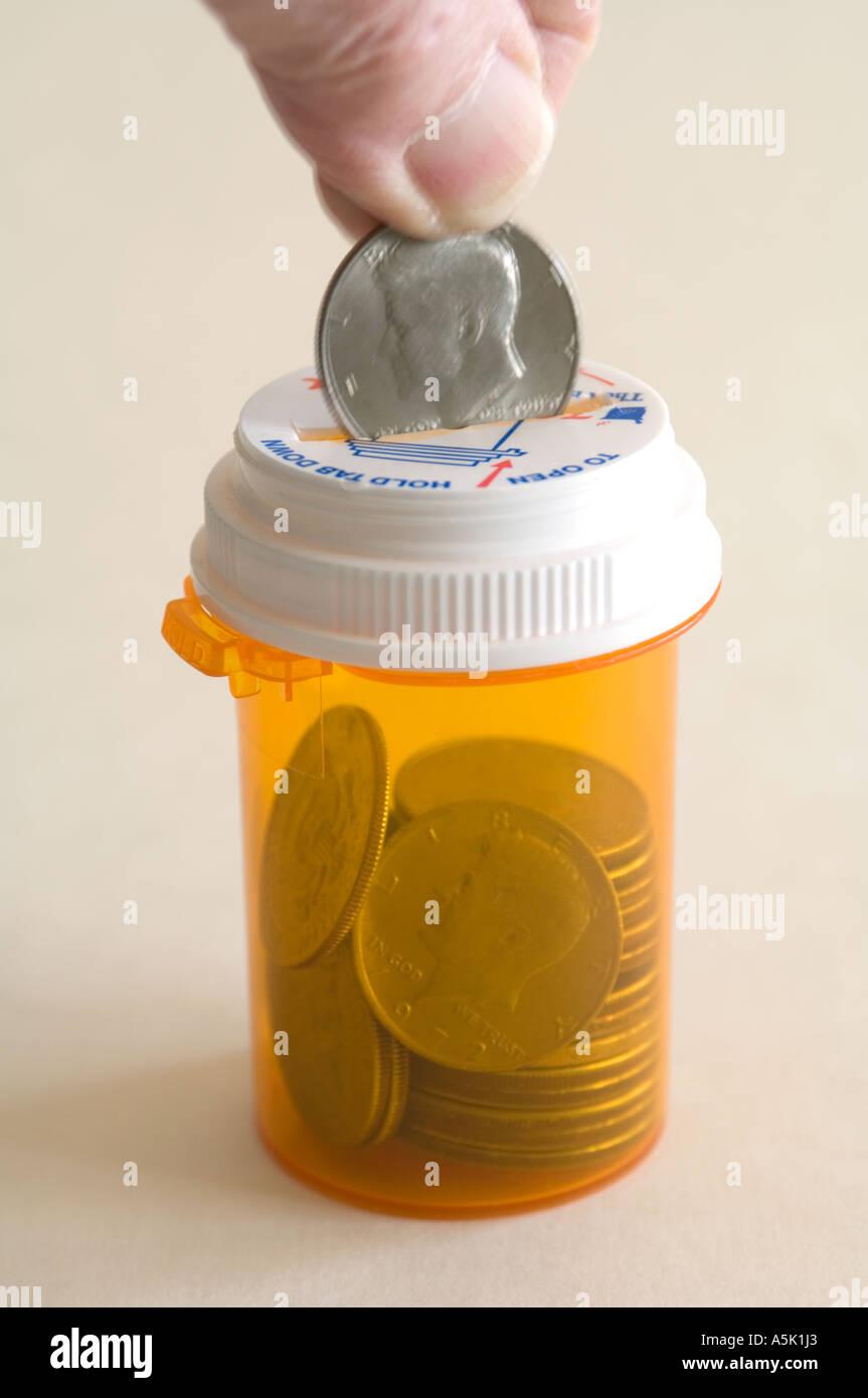 Monedas en concepto de botella píldora Imagen De Stock