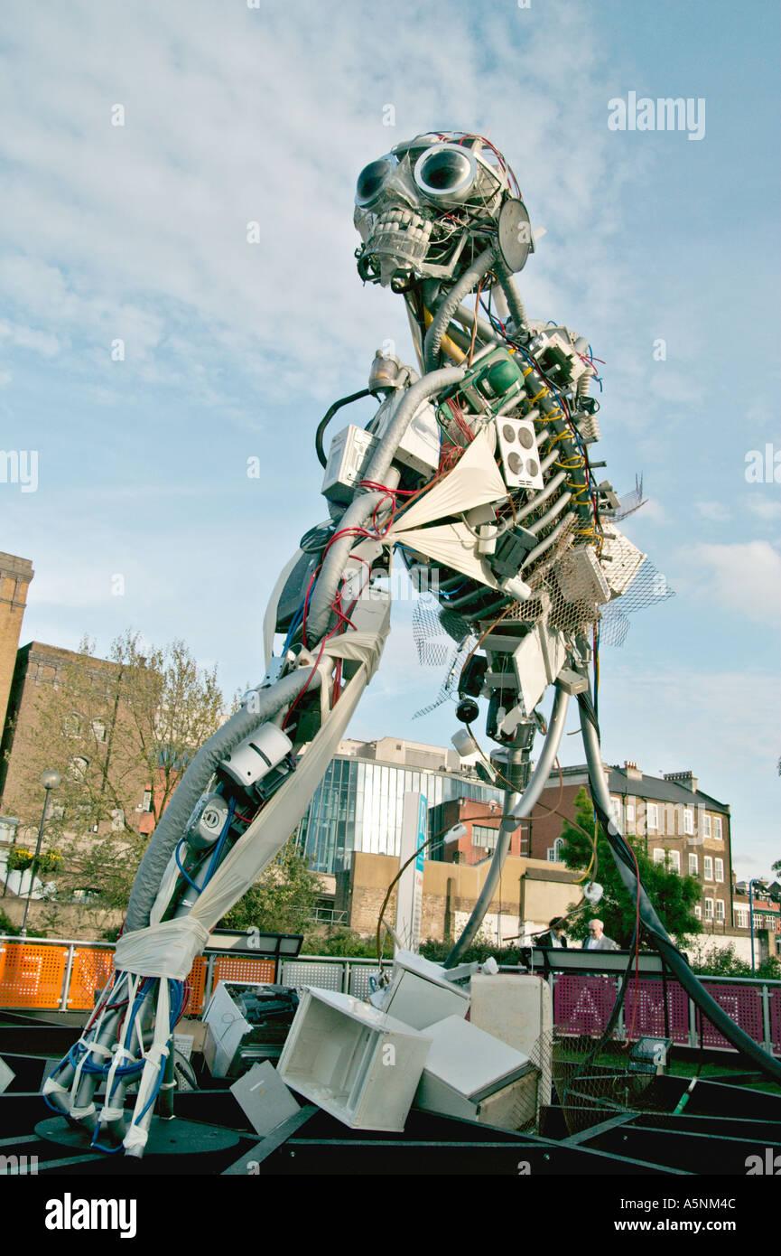 Hombre de RAEE Residuos de Aparatos Eléctricos Electrónicos diseñado por Paul Bonomini en el Southbank de Londres Reino unido Imagen De Stock