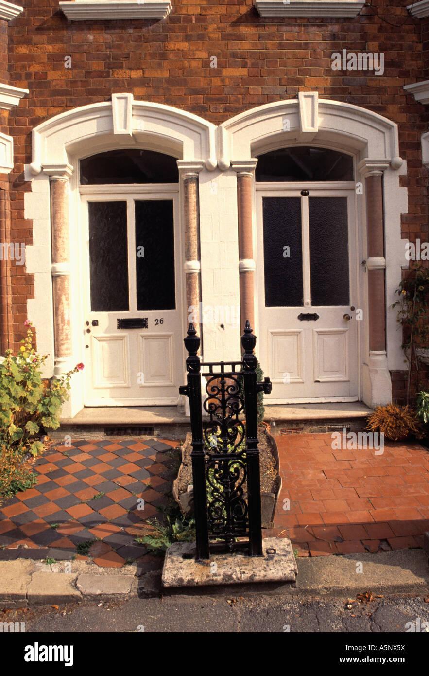 Rutas de azulejos separados por verja de hierro y puertas de terraza eduardiana foto imagen de - Azulejos para terraza ...