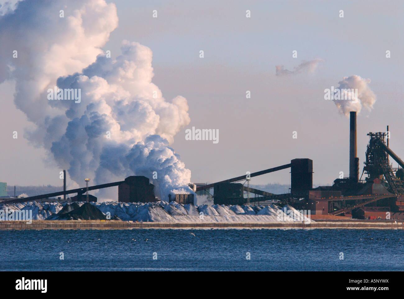 Las emisiones de dióxido de carbono de la industria y la contaminación Imagen De Stock