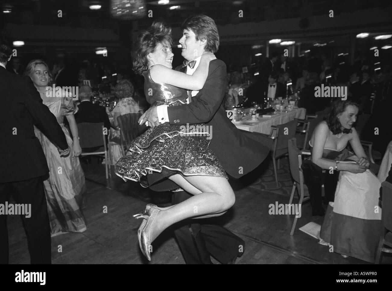 Sloan Ranger tipos en el Baile de la rosa anual Grosvenor House Hotel Londres Inglaterra 1982 Imagen De Stock