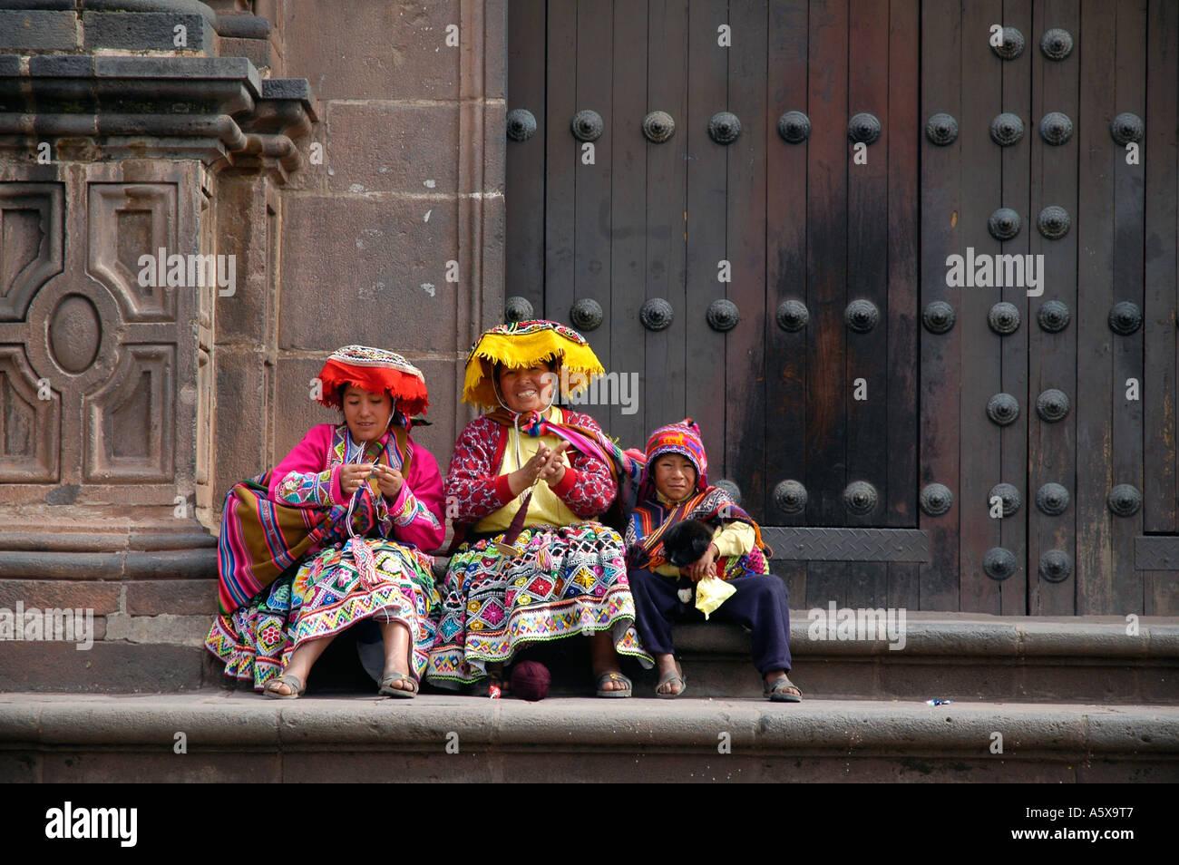Las personas indígenas Quechuas en frente de la Iglesia de Santo Domingo, alias Coricancha en Cusco, Perú, América del Sur Imagen De Stock
