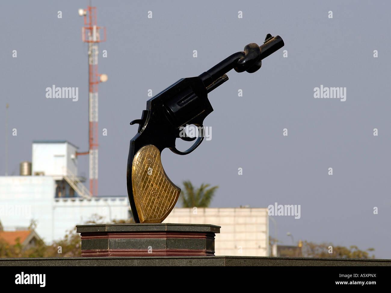 Un arma grande con su cilindro torcido, ubicado en el centro de Phnom Penh, se erige como un impresionante símbolo Imagen De Stock