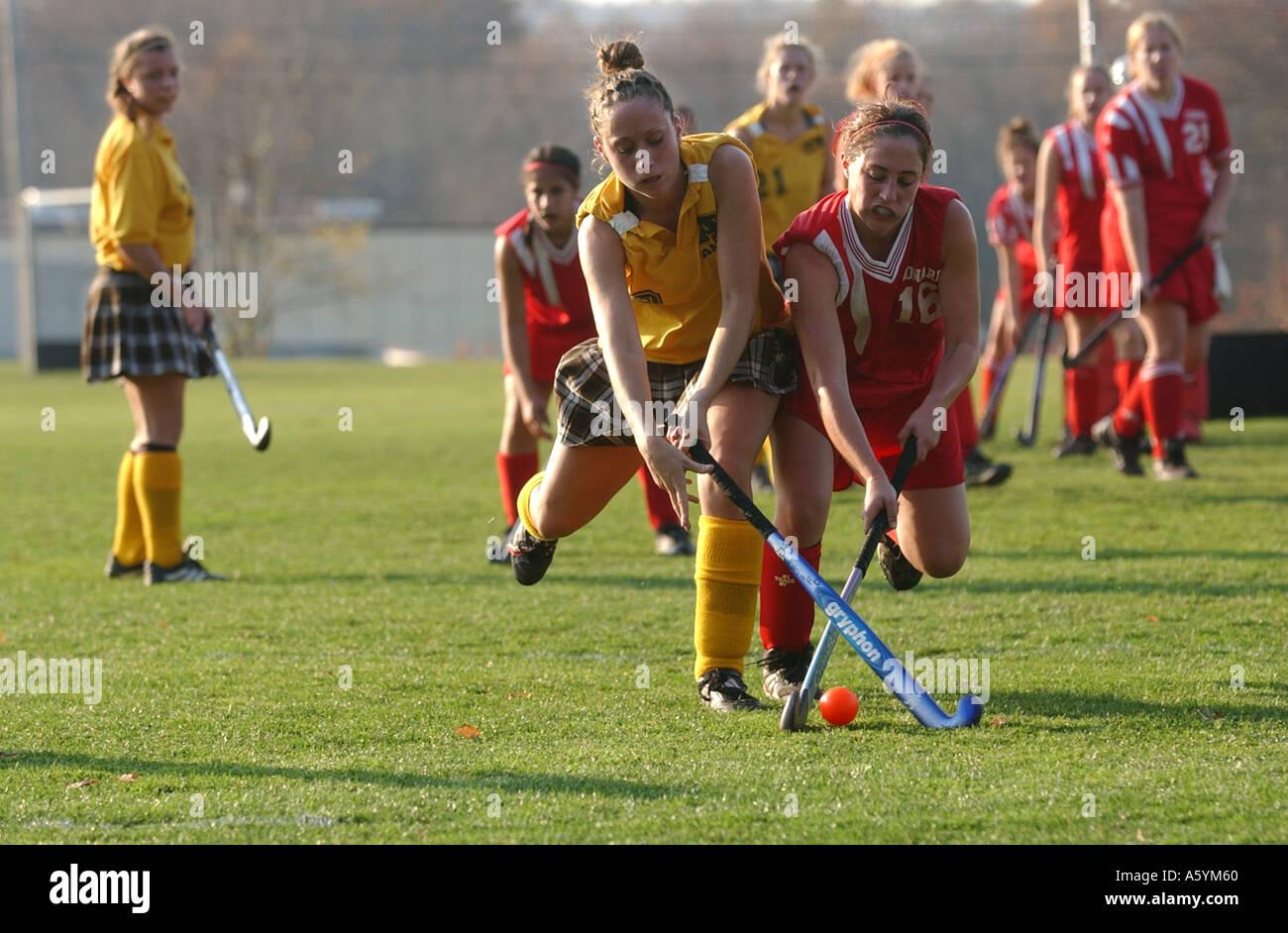 Las niñas jugadores de hockey de campo de batalla para la pelota en el mediocampo Imagen De Stock