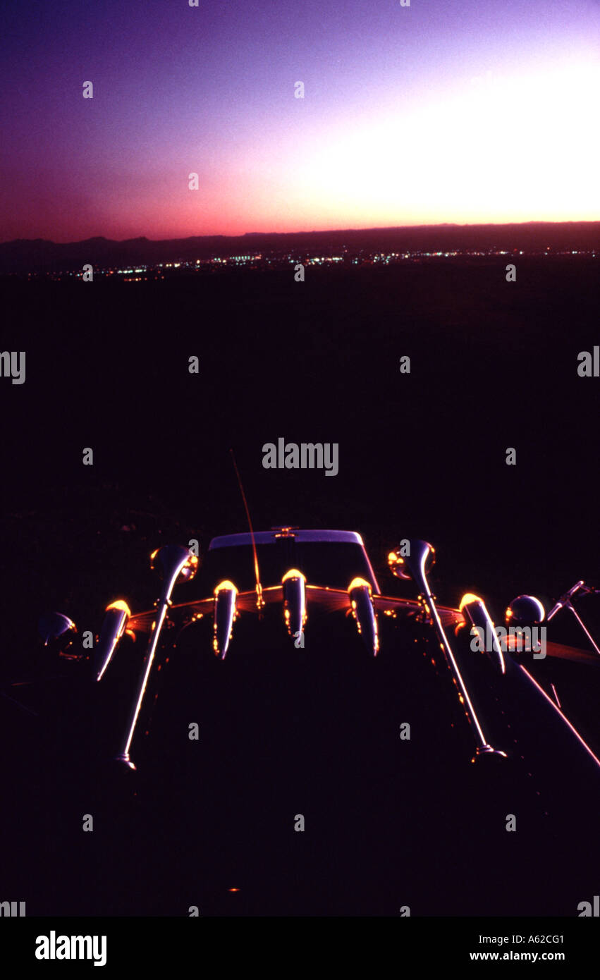 Una imagen abstracta de la parte superior de un 18 Wheeler, con vistas a la ciudad de El Paso, Texas al atardecer Imagen De Stock