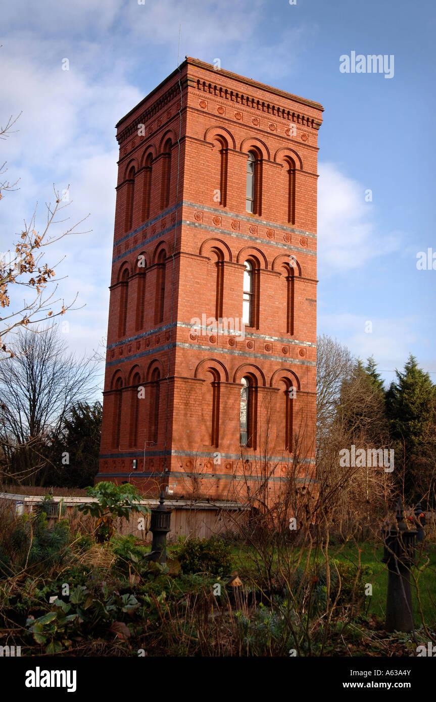 Una torre de agua victoriana convertida en hotel cerca de Tewkesbury Gloucestershire, Reino Unido de enero del 2007. Imagen De Stock