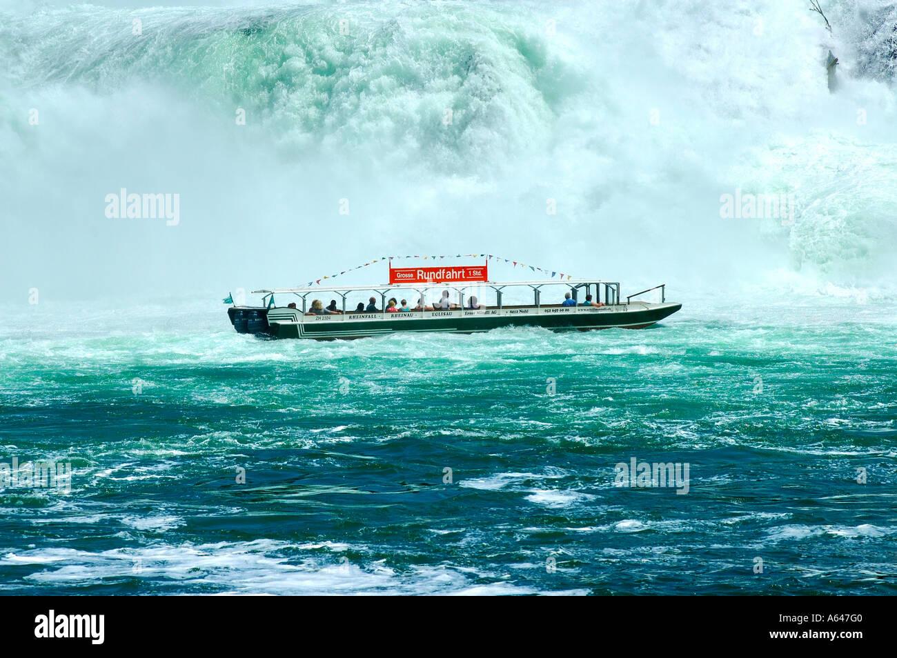 Viaje en barco hasta las cataratas del Rin Neuhausen, Suiza Imagen De Stock