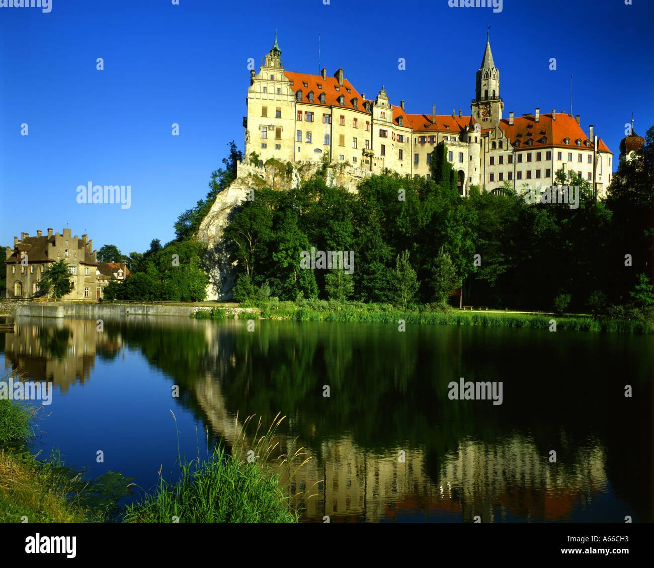 DE - BADEN WÜRTTEMBERG: Castillo de Hohenzollern Sigmaringen y el río Danubio Imagen De Stock