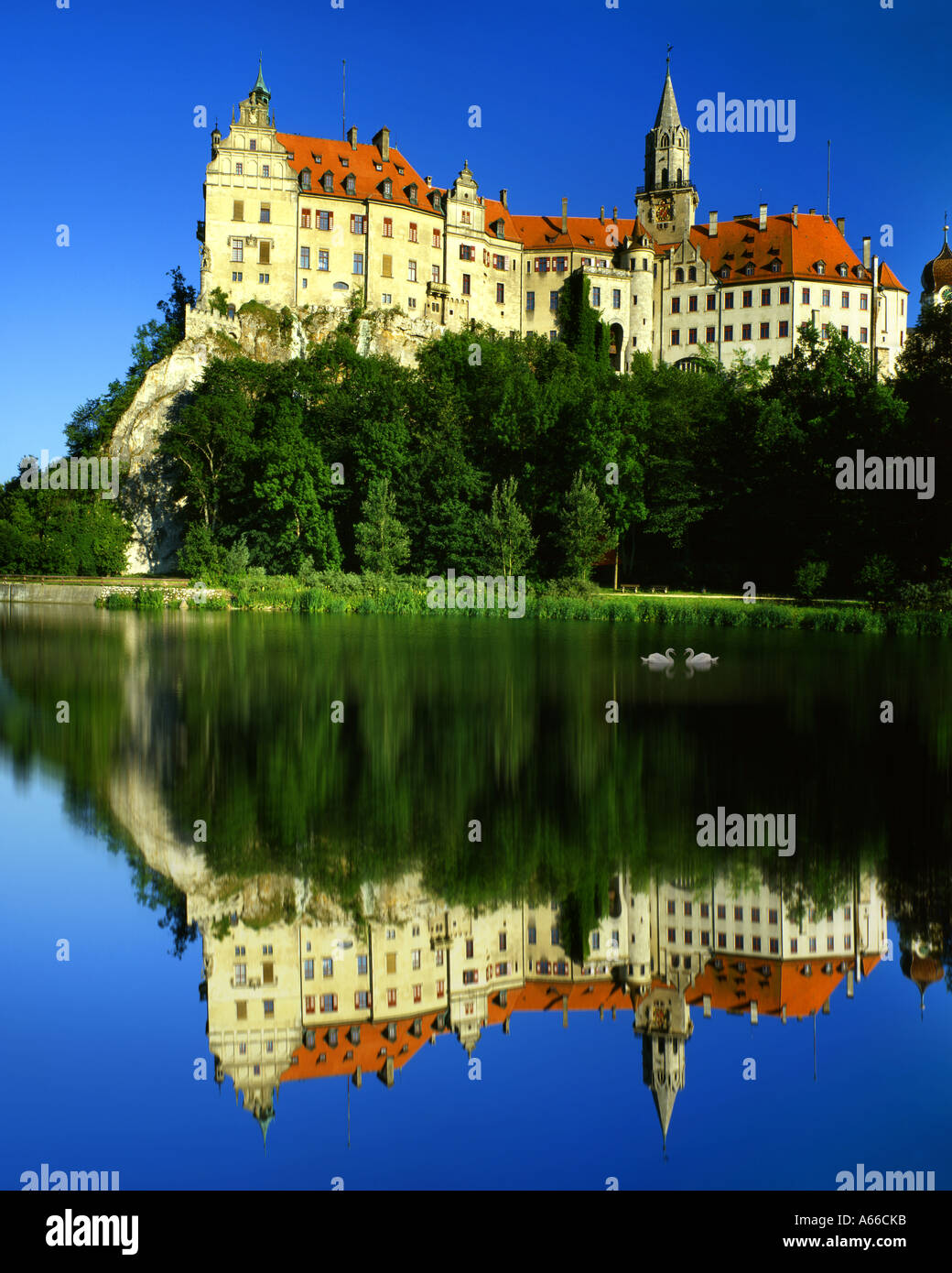 DE - Baden Wuerttemberg: Castillo de Hohenzollern Sigmaringen y el río Danubio Foto de stock