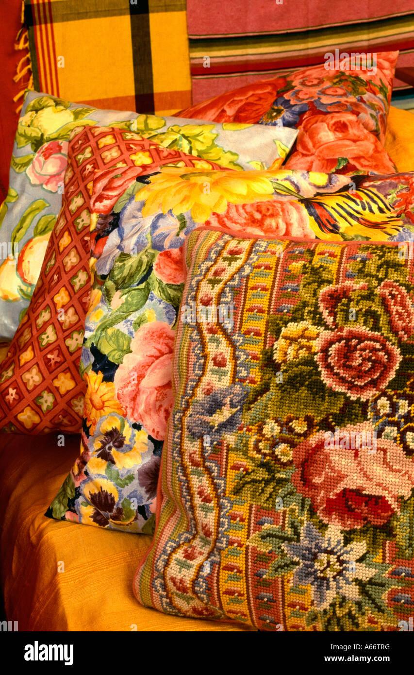 Montón de cojines de tapicería de colores vibrantes
