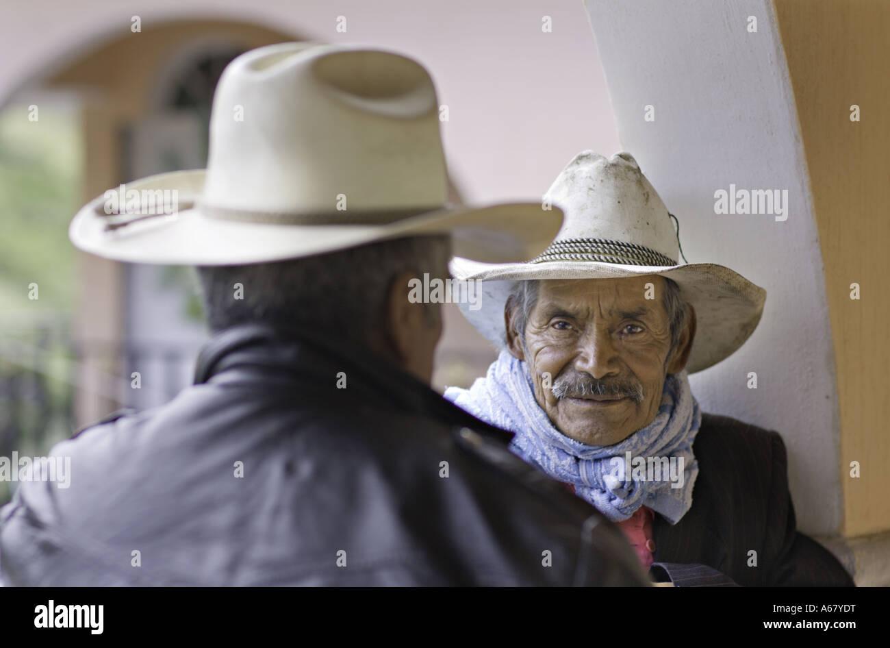 194877e22fc99 GUATEMALA CAPELLANIA Ancianos Maya Quiché vaquero esperando para ser  atendidas por un dolor de garganta Imagen