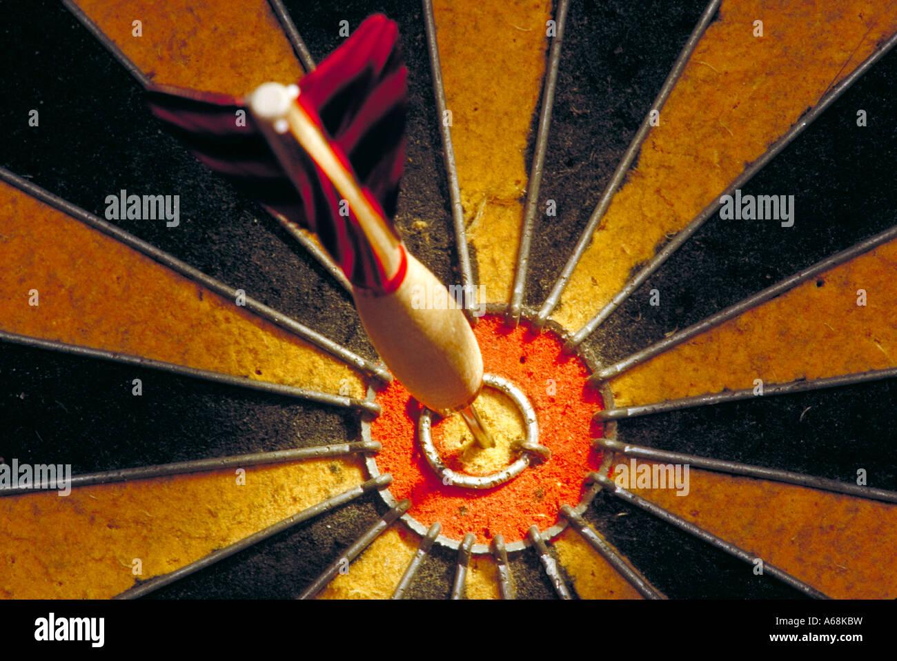 Dardo en la diana de dardos Imagen De Stock