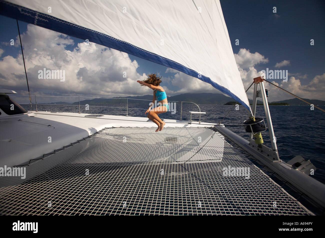 Velero catamarán en las Islas Vírgenes Británicas Foto de stock