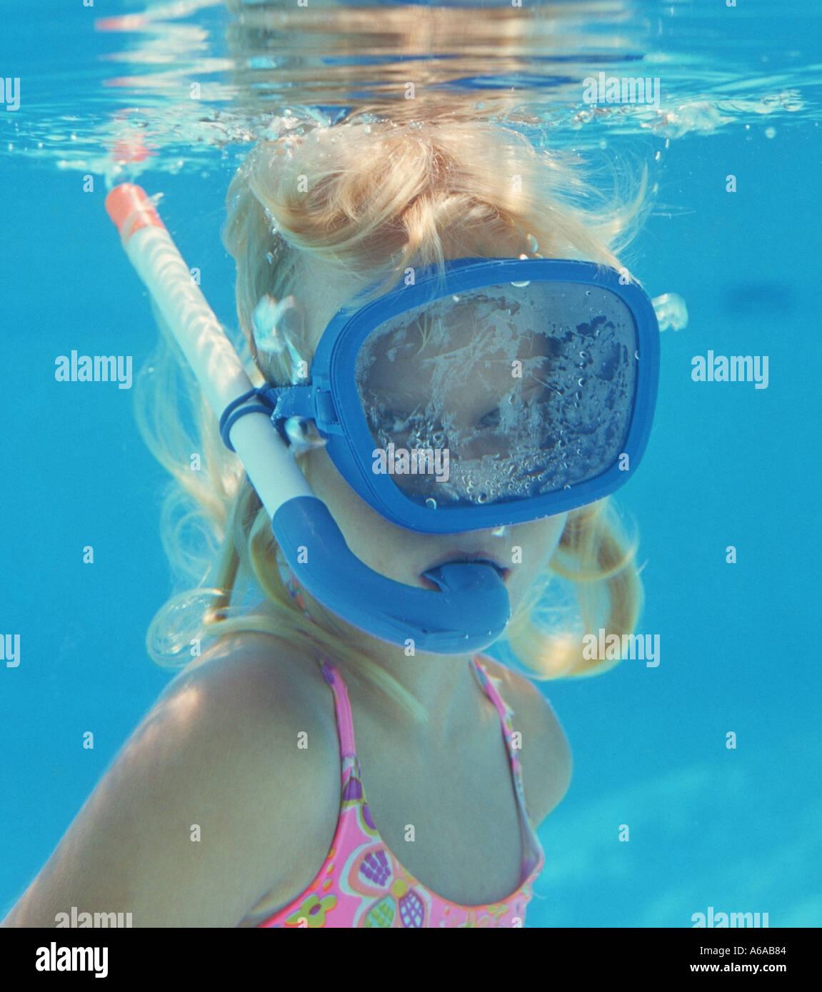 La pequeña niña subacuático con máscara y snorkel Imagen De Stock
