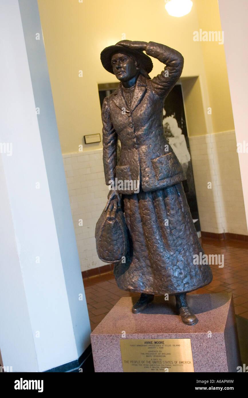 La estatua, de 15 años de edad chica irlandesa, Annie Moore, primer procesado inmigrantes en Ellis Island, 1892 NY Nueva York Estado US EE.UU. Foto de stock