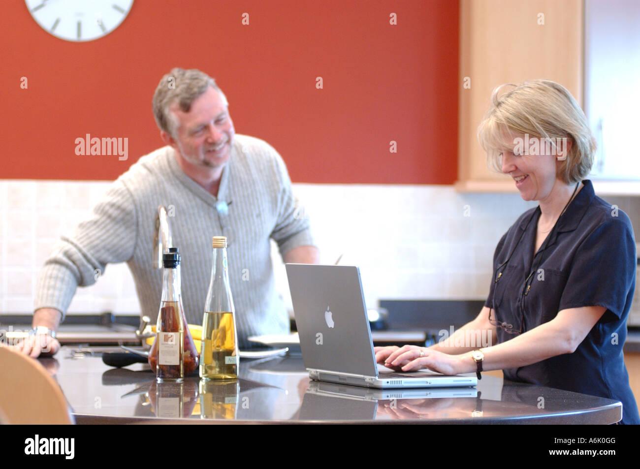 Hombre Y Mujer De Negocios Británico El Trabajo Remoto Desde Casa London Uk Con Apple Mac Portátil Fotografía De Stock Alamy