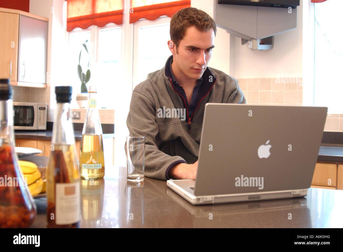 Hombre De Negocios Británico El Trabajo Remoto Desde Casa London Uk Con Apple Mac Portátil Fotografía De Stock Alamy