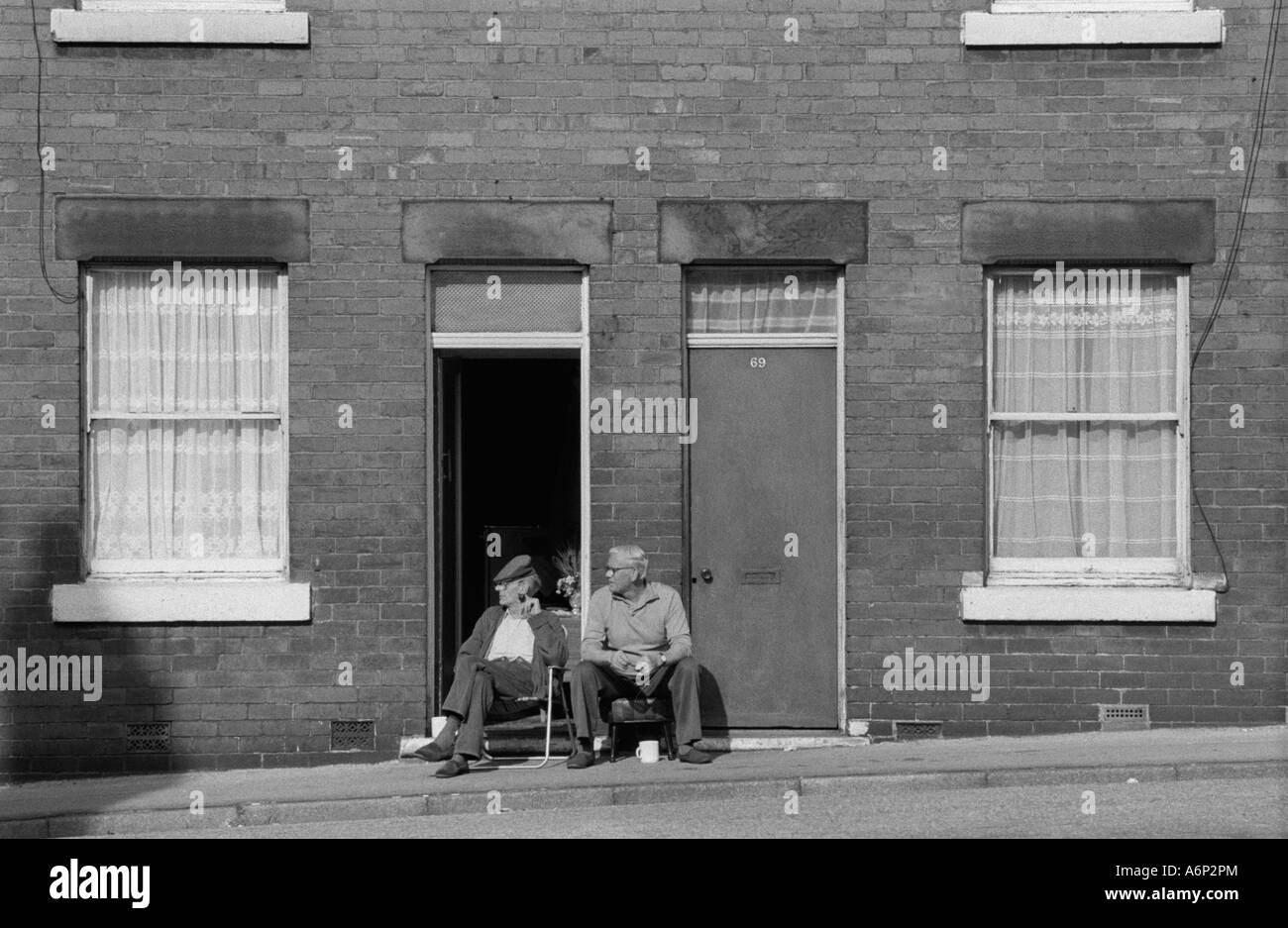 Los vecinos de al lado norte del norte de Inglaterra South Kirkby Yorkshire 1970 UK HOMER SYKES Imagen De Stock