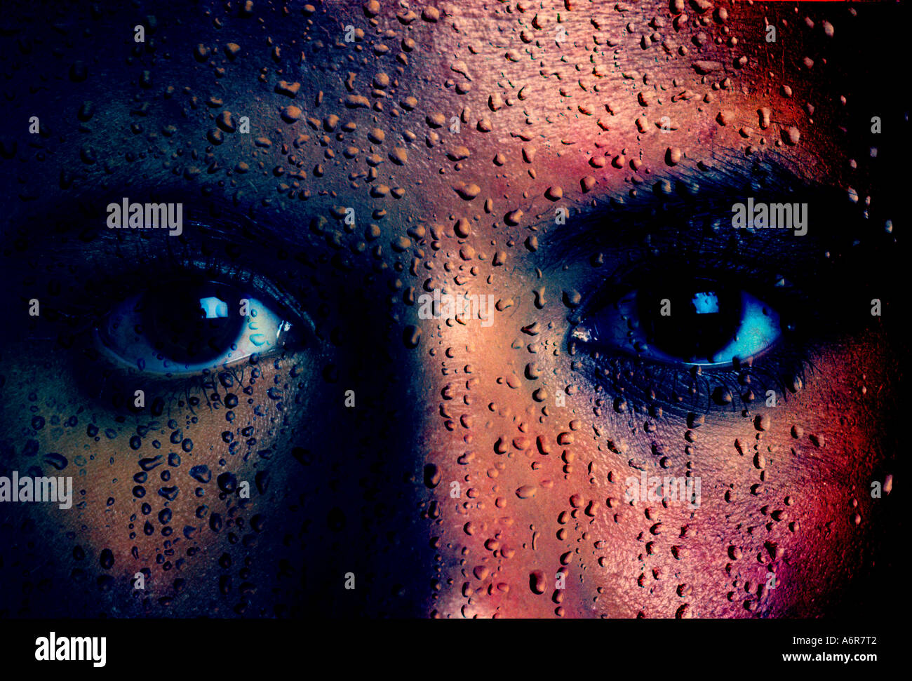 Moody concepto closeup de mujer ojos con gotas de lluvia imagen compuesta en la cara Imagen De Stock