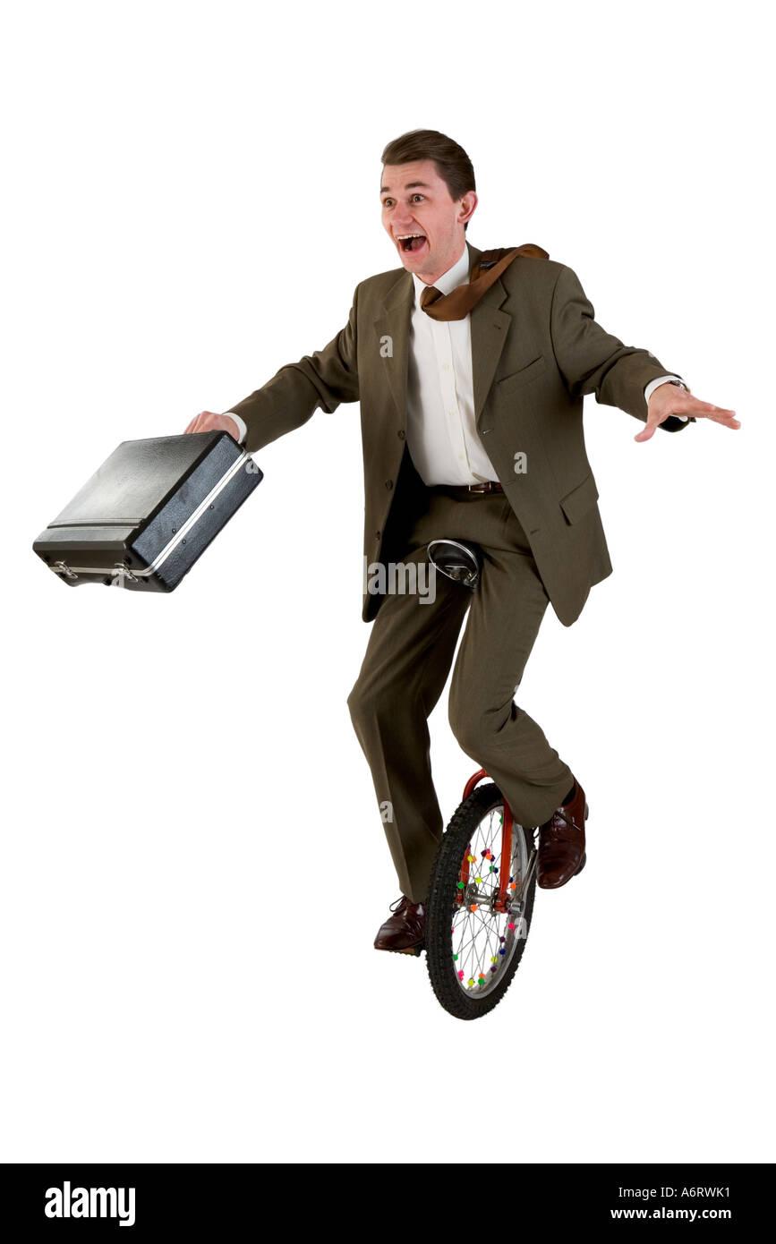 Hombre de negocios vistiendo un traje marrón el equilibrio sobre un  monociclo sosteniendo un maletín. 5133a7ef6c7