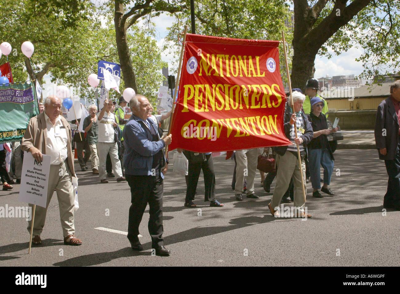 Demostración de la calle apoyando a los pensionistas de derechos. Imagen De Stock