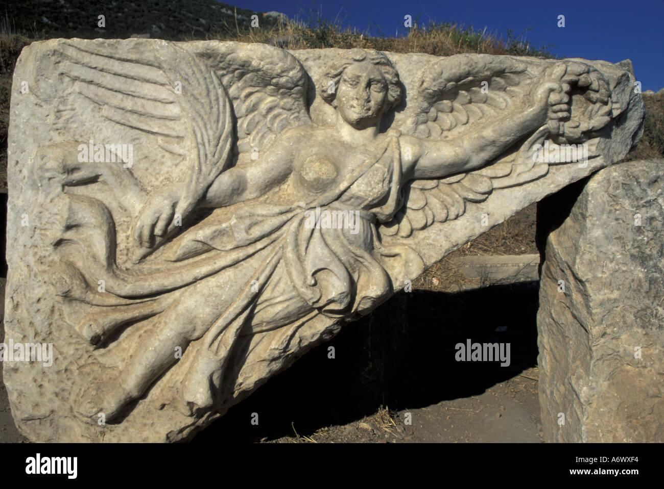 presentación algodón Lágrimas  Turquía, Éfeso. Diosa de Nike, socorro de la escultura de la Diosa en una  tablilla de piedra restaurado en la ciudad de Éfeso Fotografía de stock -  Alamy