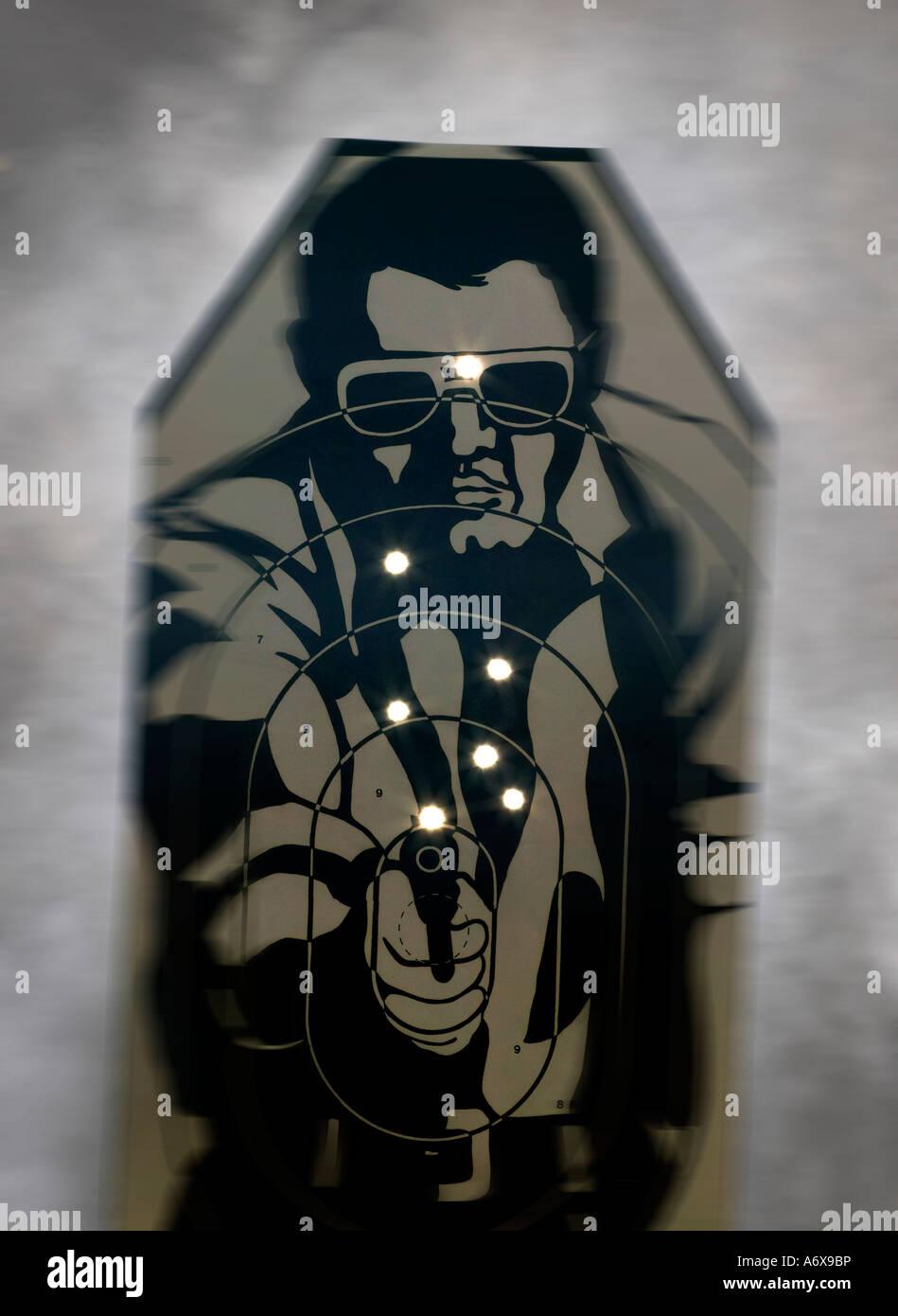 Una práctica de tiro target acribillada de balas. Imagen De Stock