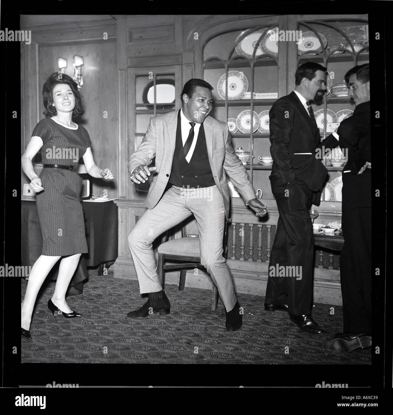 Chubby Checker haciendo el Twist. Foto por Harry Hammond, 1960. Foto de stock