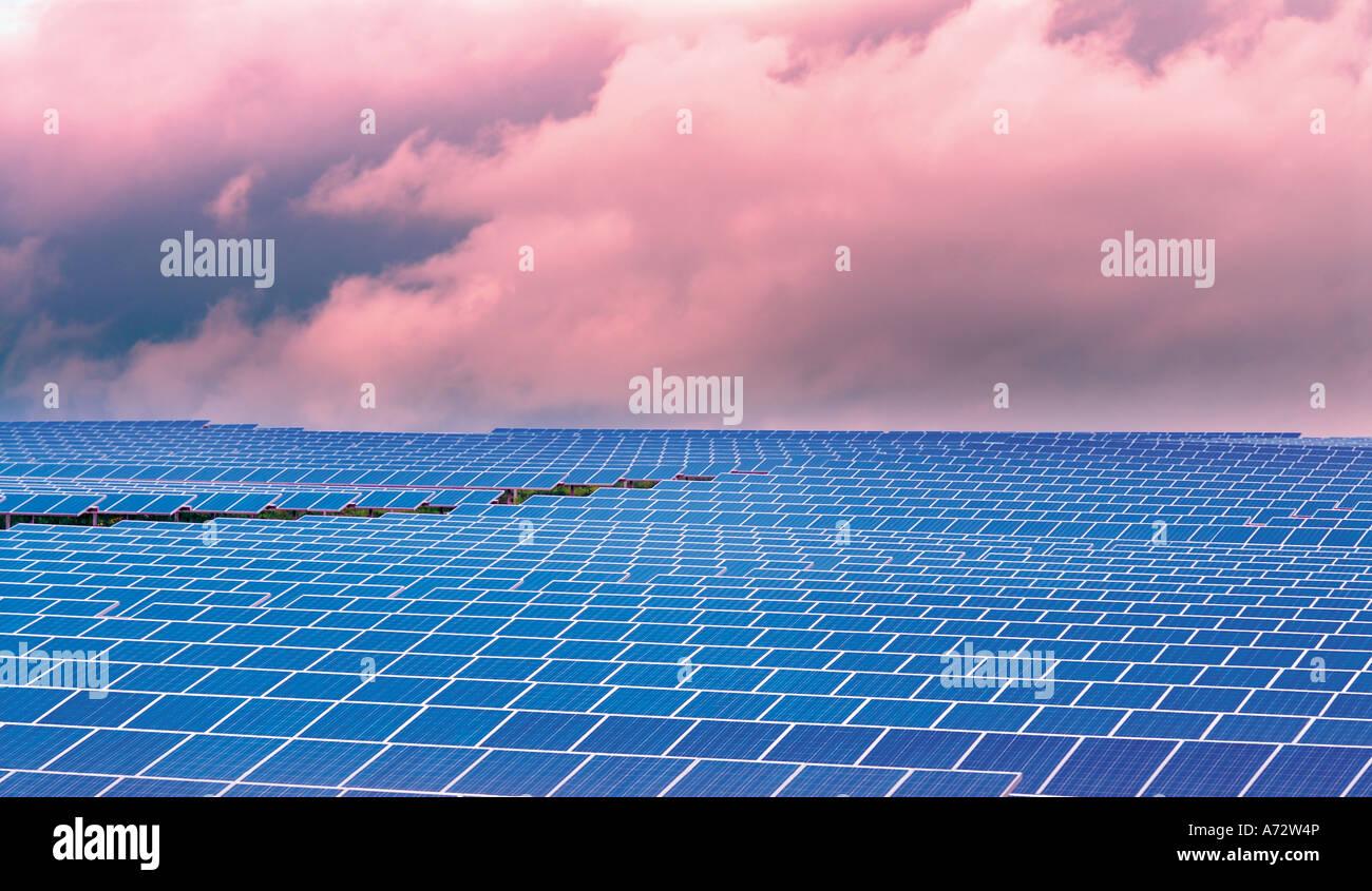Las células solares dirigidas al sol en el parque solar más grande de Europa, Brinches, Serpa, Alentejo, Imagen De Stock