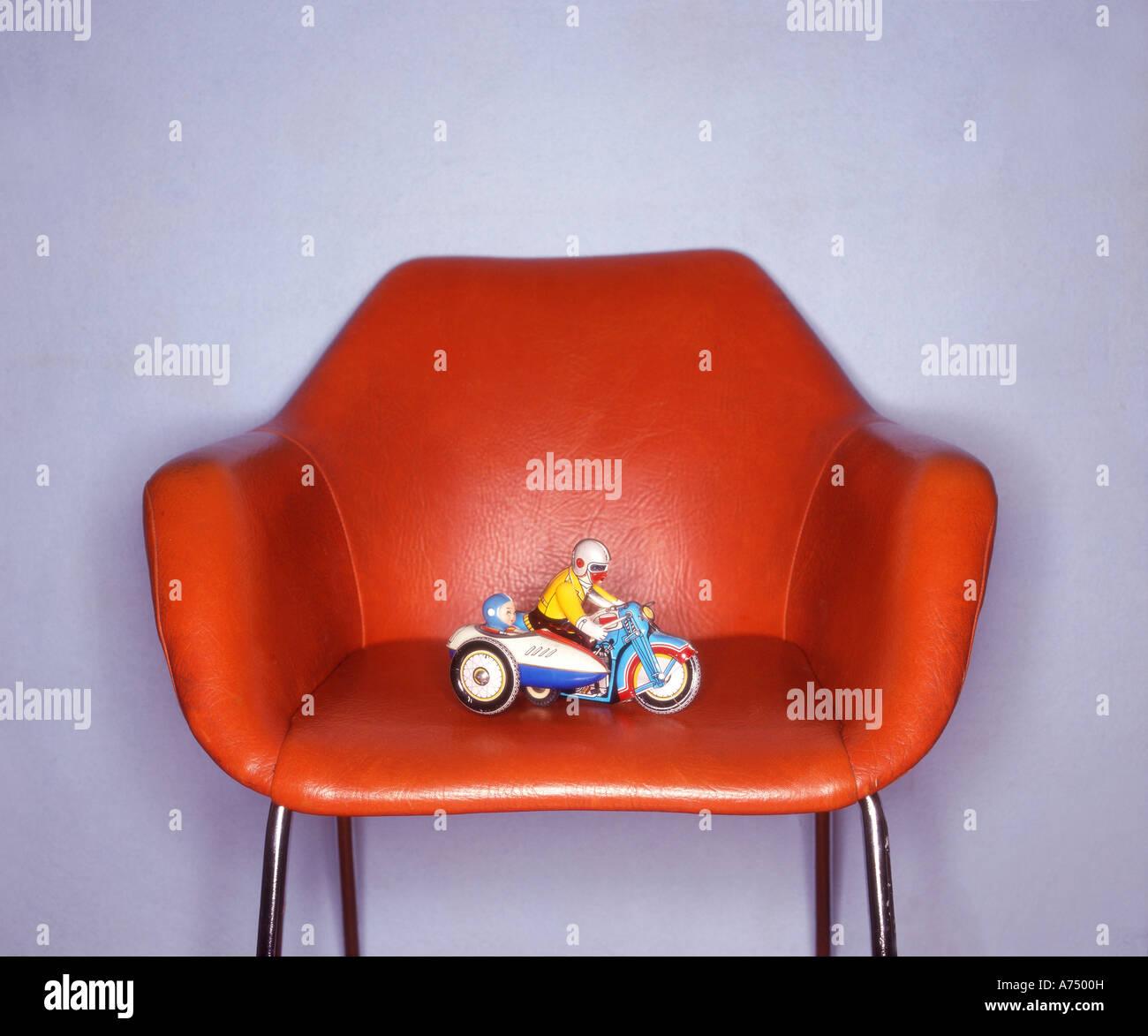 Juguete retro en silla retro iluminada por ringflash Imagen De Stock