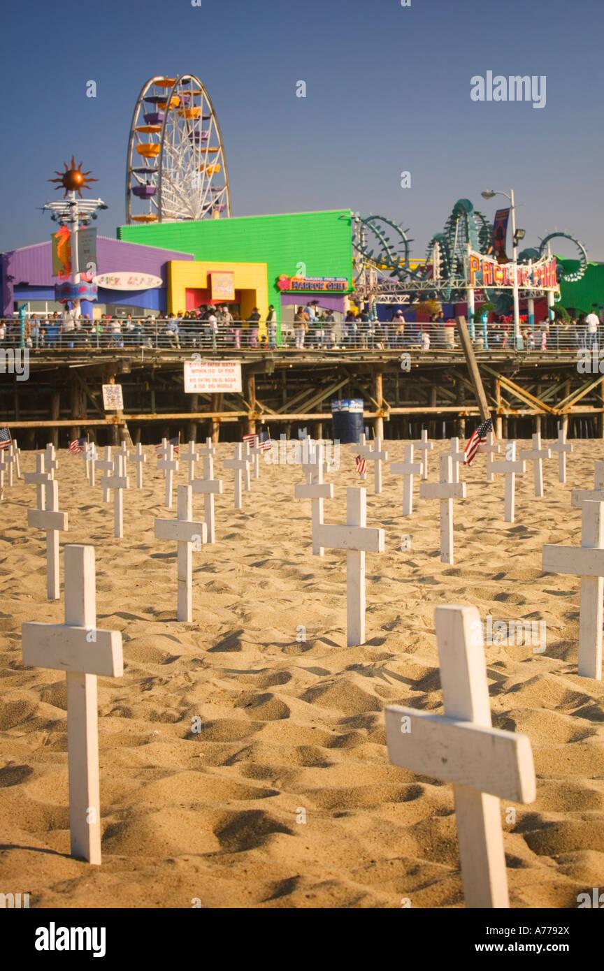 Gráfico de una protesta contra la guerra en Irak bajo el muelle de Santa Monica Pier. Imagen De Stock