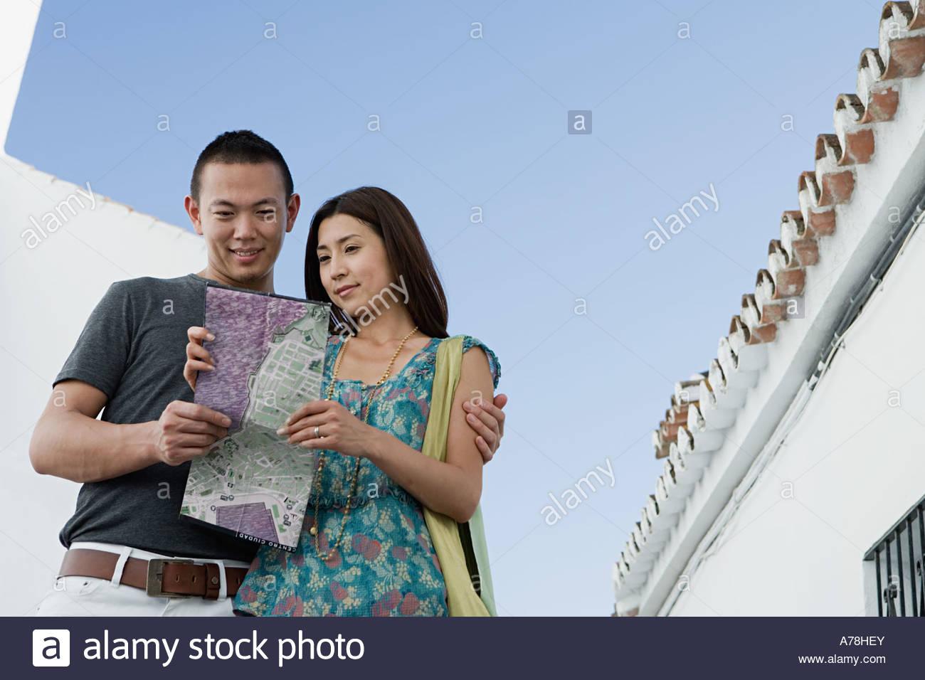 Pareja mirando el mapa Imagen De Stock