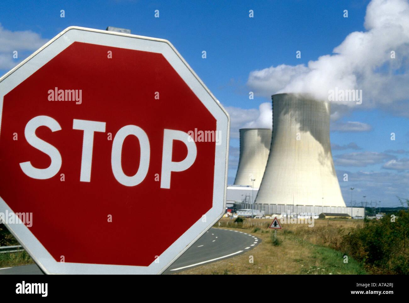 Las plantas de energía nuclear en Francia con una señal de stop Foto de stock