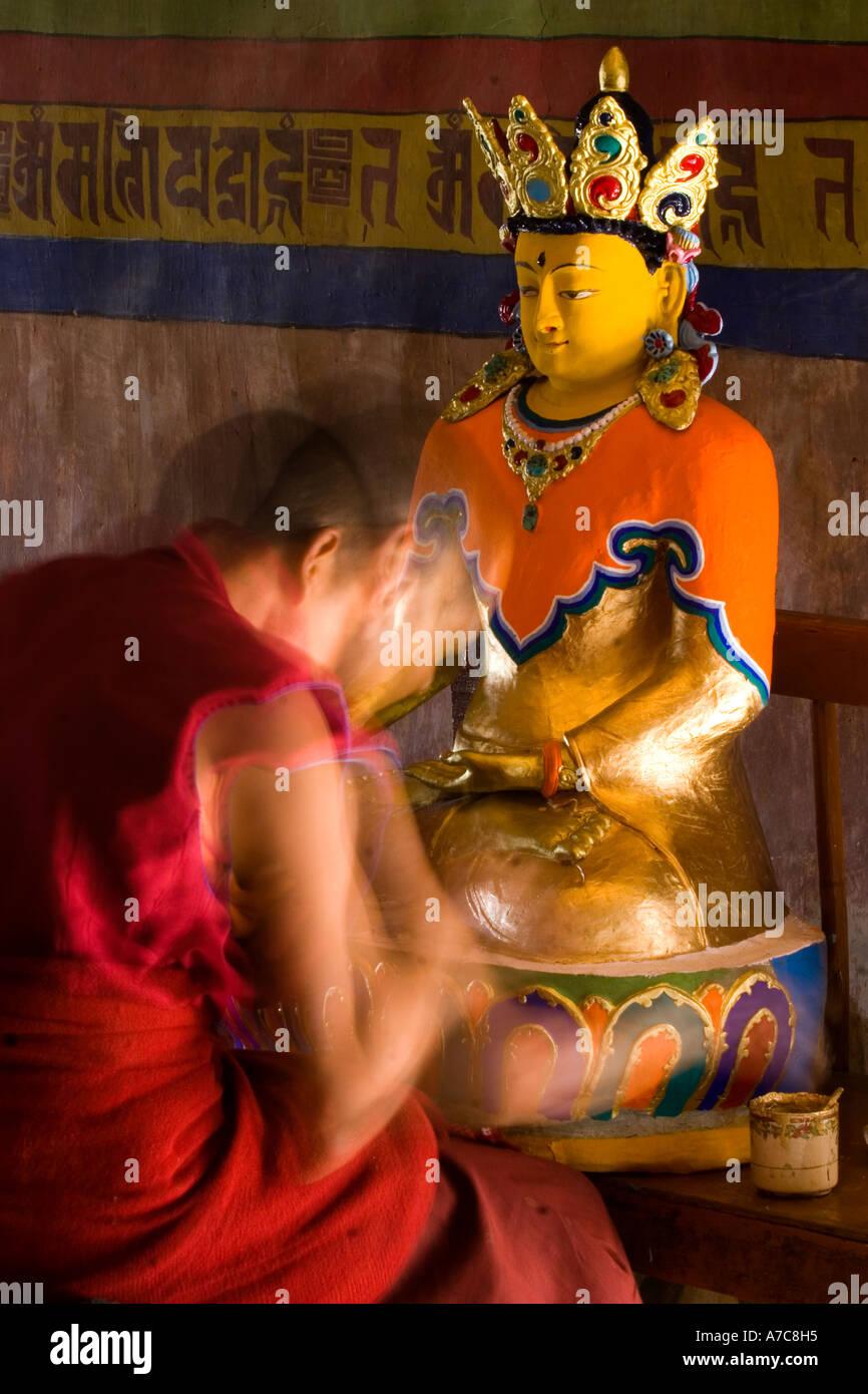 Pintura joven monje un Buda dentro del monasterio de Thiksey Ladakh Himalaya indio Foto de stock