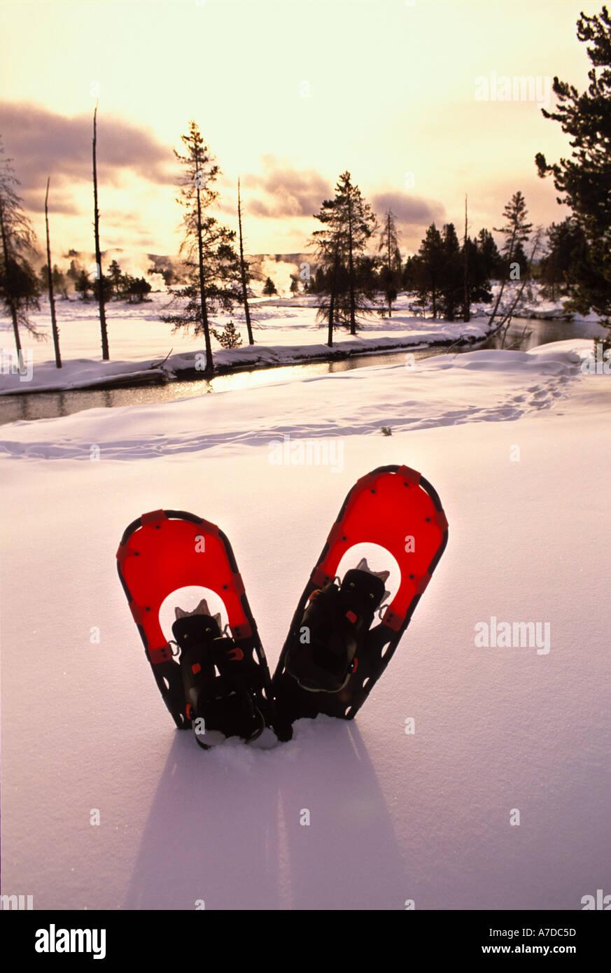Raquetas de nieve en la nieve a lo largo del río Firehole, en el Parque Nacional de Yellowstone, Wyoming. Foto de stock