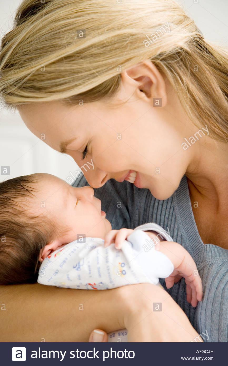 Madre sosteniendo a su bebé Imagen De Stock