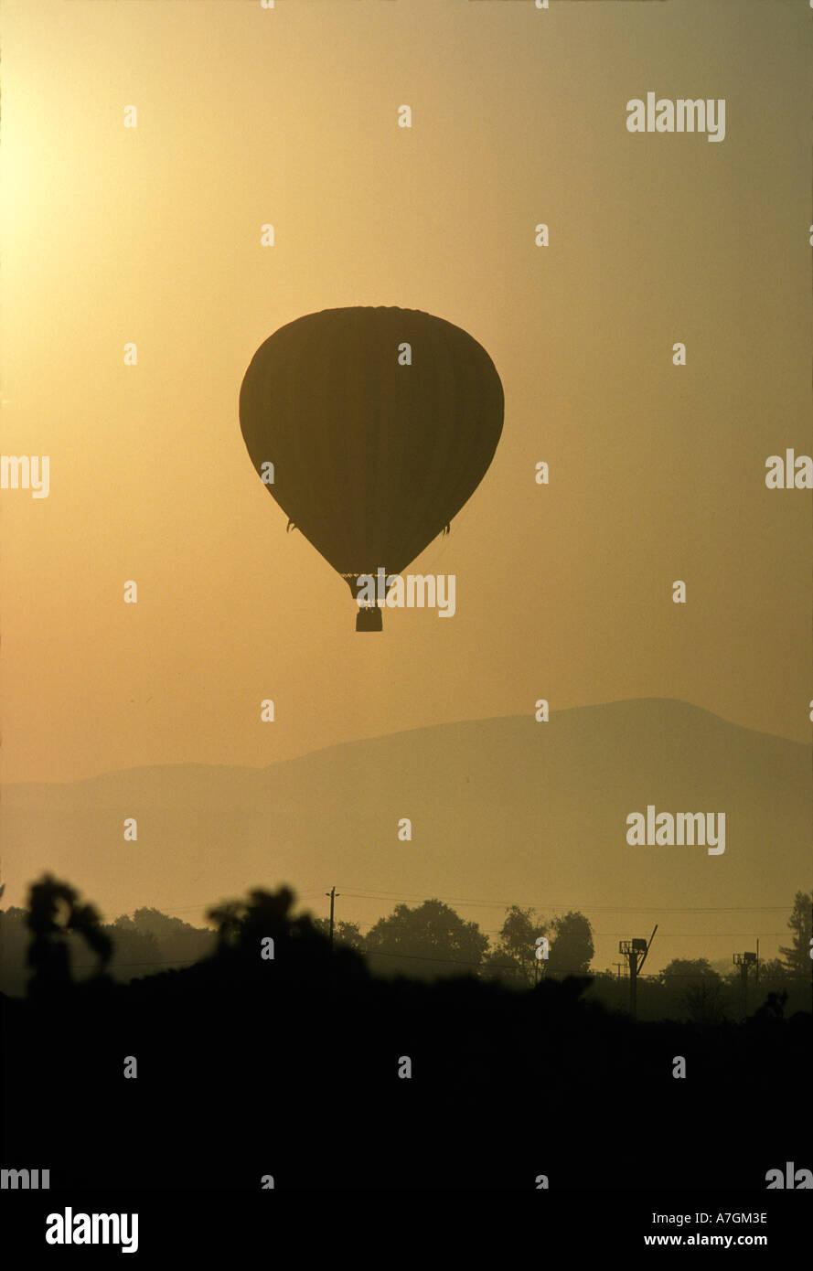 Elevación de globos de aire caliente a través de Napa Valley en el amanecer. Foto de stock