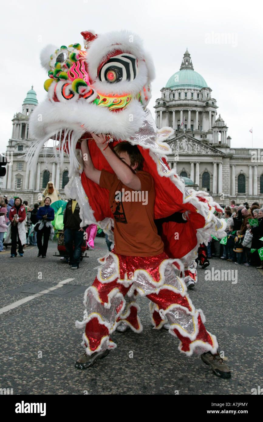 Dragón Chino tomando parte en el desfile delante del Ayuntamiento de Belfast Imagen De Stock