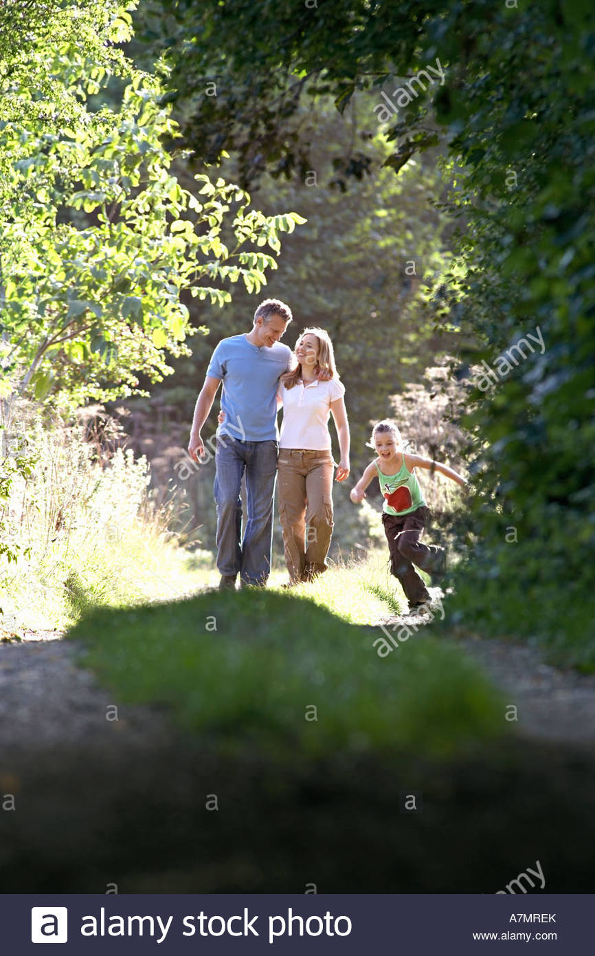 Dos generaciones de la familia vía sonriendo caminando por país Foto de stock