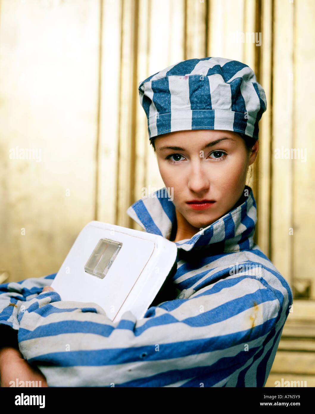 Indoor studio mujer joven 20 25 vestir indumentaria cárcel cárcel camisa a rayas Rayas Rayas hat cap símbolo calorías dieta esclavo Imagen De Stock
