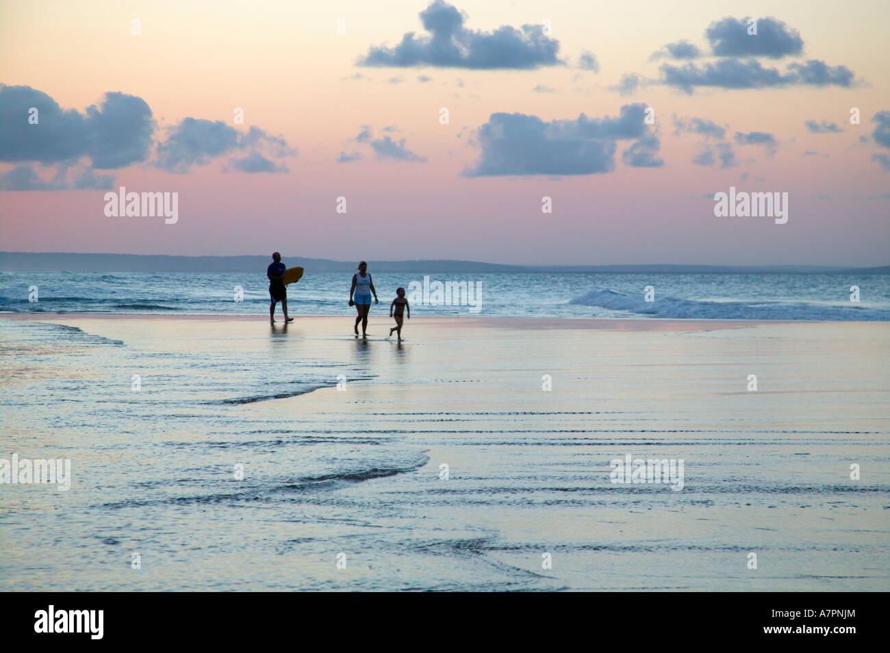 Una familia caminando por la playa en la costa de Mozambique al atardecer Barra Mozambique Foto de stock